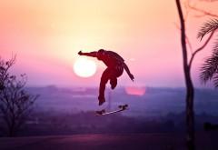 Парень скейтбордист на фоне солнца обои hd