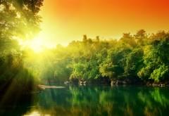 Восход солнца над лесной рекой