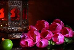 Цветы розовые тюльпаны на столе