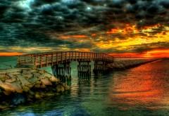 Красивый закат на берегу моря