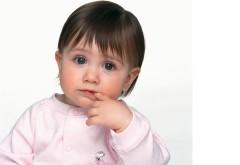 Обои маленькой девочки с пальцем во рту