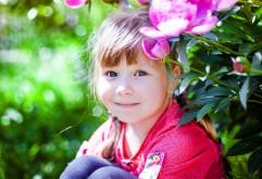 Девочка с голубыми глазами в цветах картинки