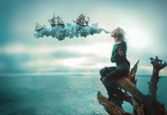 Женщина дует на корабли на море