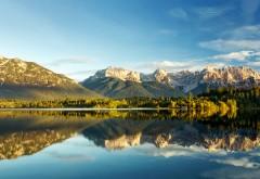 Озеро на фоне гор и леса картинки скачать бесплатно