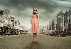 HD обои девочка в респираторе на фоне города