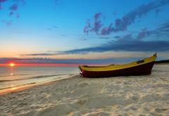 Закат на песочном пляже