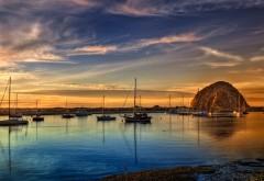 Фото голубого залива с лодками на закате