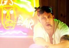 Актер Том Харди с сигарой в зубах