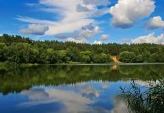 Заставка широкого озера скачать на рабочий стол