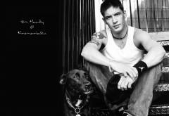 Черно-белые фото Тома Харди с собакой