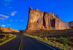 Фото дороги проходящей в пустыне мимо песчаных скал