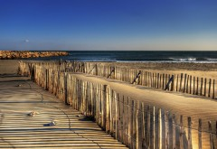 Фото песчаного побережья с каменными выступами