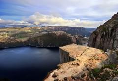 Широкоформатная картинка большого горного озера