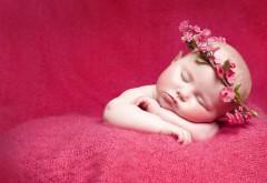 Спящий младенец с венком на головке