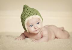 Обои голинького младенца в зеленой шапочке