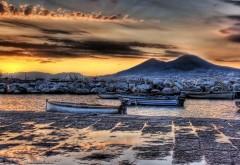 Картинка реки на которой плавают старые пустые лодки