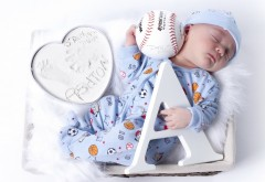 Малыш младенец спит с мячем и азбукой