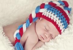 Маленький малыш спит в шапочке