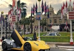 Широкоформатное фото автомобиля Marusya на фоне архитект�…
