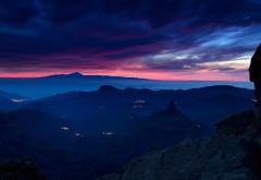 Обои для рабочего стола закат, небо, горы, город