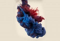 Широкоформатная картинка смеси синей и красной краски…