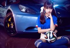 Красивая футболисточка у спорткара автомобиля обои hd �…