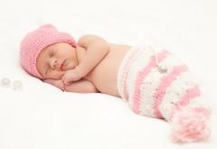 Обои спящего ребенка на белом фоне