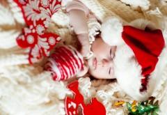 Маленький младенец спит в рождественской шапочке