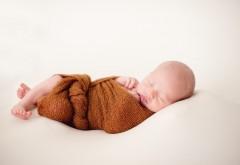Маленький малыш спит укутавшись