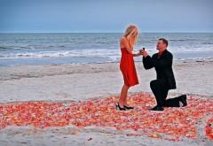 Парень делает предложение на фоне моря, сердце на песк�…