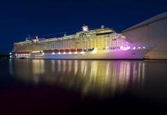 Фото огромного лайнера плывущего стоящего у пирса ночью