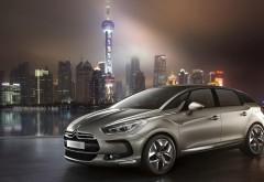 Фото нового автомобиля Citroen DS5 на фоне большого города