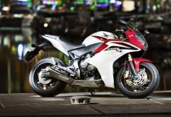Фото мотоцикла Хонды CBR серого цвета с красными полоса�…