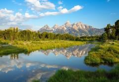 Широкоформатная заставка озера среди гор и леса