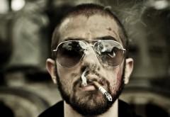 Парень в очках с сигаретой
