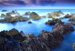 Камни на берегу океана, берег в голубых тонах