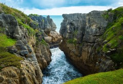 Заставка моря у подножья скал