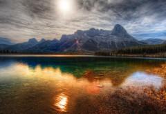 Прекрасные обои с великолепным видом на озеро которое расположено у подножья горы
