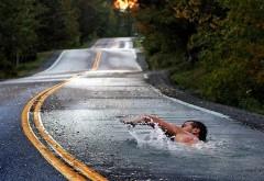 Прикольный заплыв, пловец плывет на асфальте, заплыв на дороге, смешные картинки, веселые обои, HD