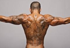 Мужчина с татуировкой на спине фото