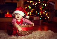 Милый ребенок носит рождественскую шапку обои для рабочего стола