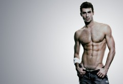 Сексуальный парень с красивым телом