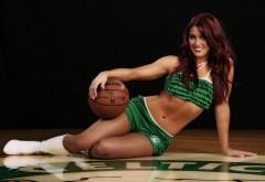 Удивительная рыжая девушка баскетболистка с красивой …