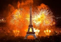 Эйфелева башня в салютах ночью