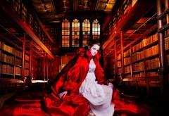 Женственная Эмма Уотсон в книжных полках библиотеке