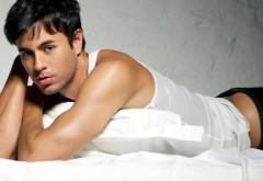 Энрике Иглесиас в постели обои