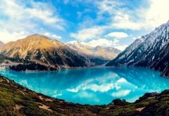 Голубое озеро высоко в горах