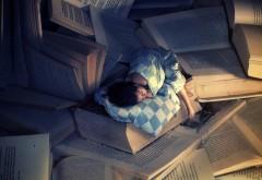 малышь спит на книгах