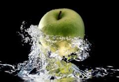 Зеленое яблоко в всплеск пресной воды обои
