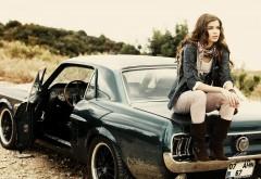 Девушка на классическом Ford Mustang